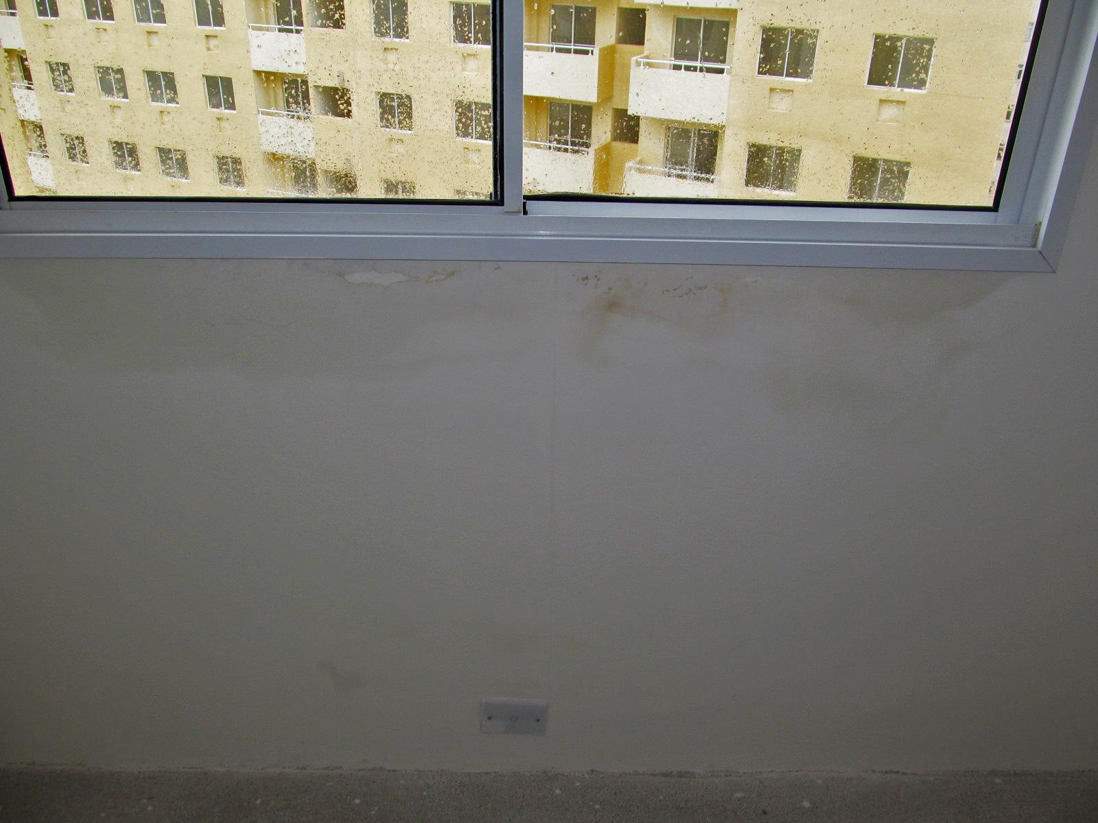 #927C39  que mais me preocupa é a infiltração por baixo da janela 1762 Janela De Aluminio Para Area De Serviço