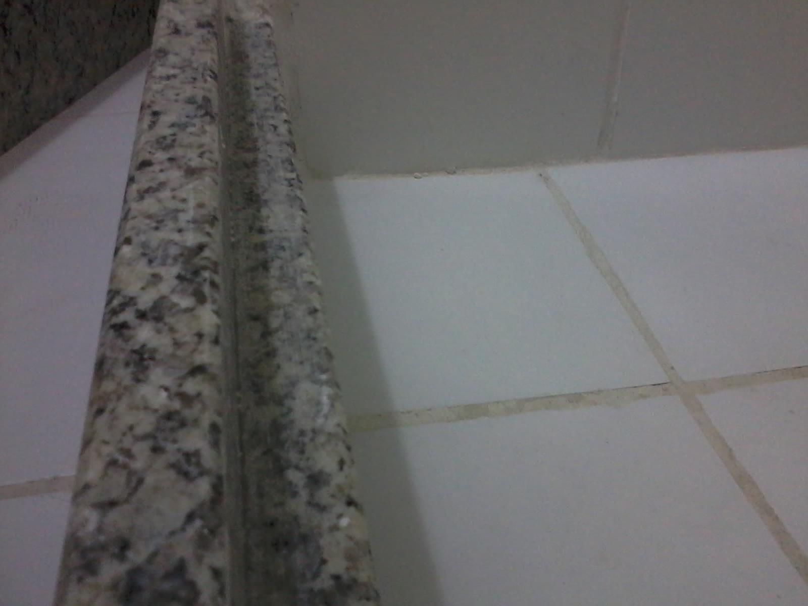 Então não dava nem para colocar uma porta abrindo para fora do box  #57514F 1600x1200 Banheiro Com Box De Marmore