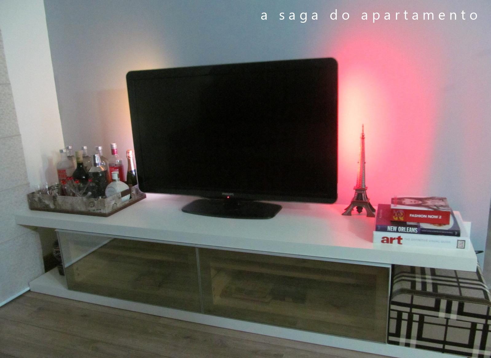 Enfeite De Rack ~ Decorando o Rack Mini Bar, TV Ambilight, Livros, Mala decorativa etc a saga do apartamento