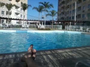 relaxando piscina