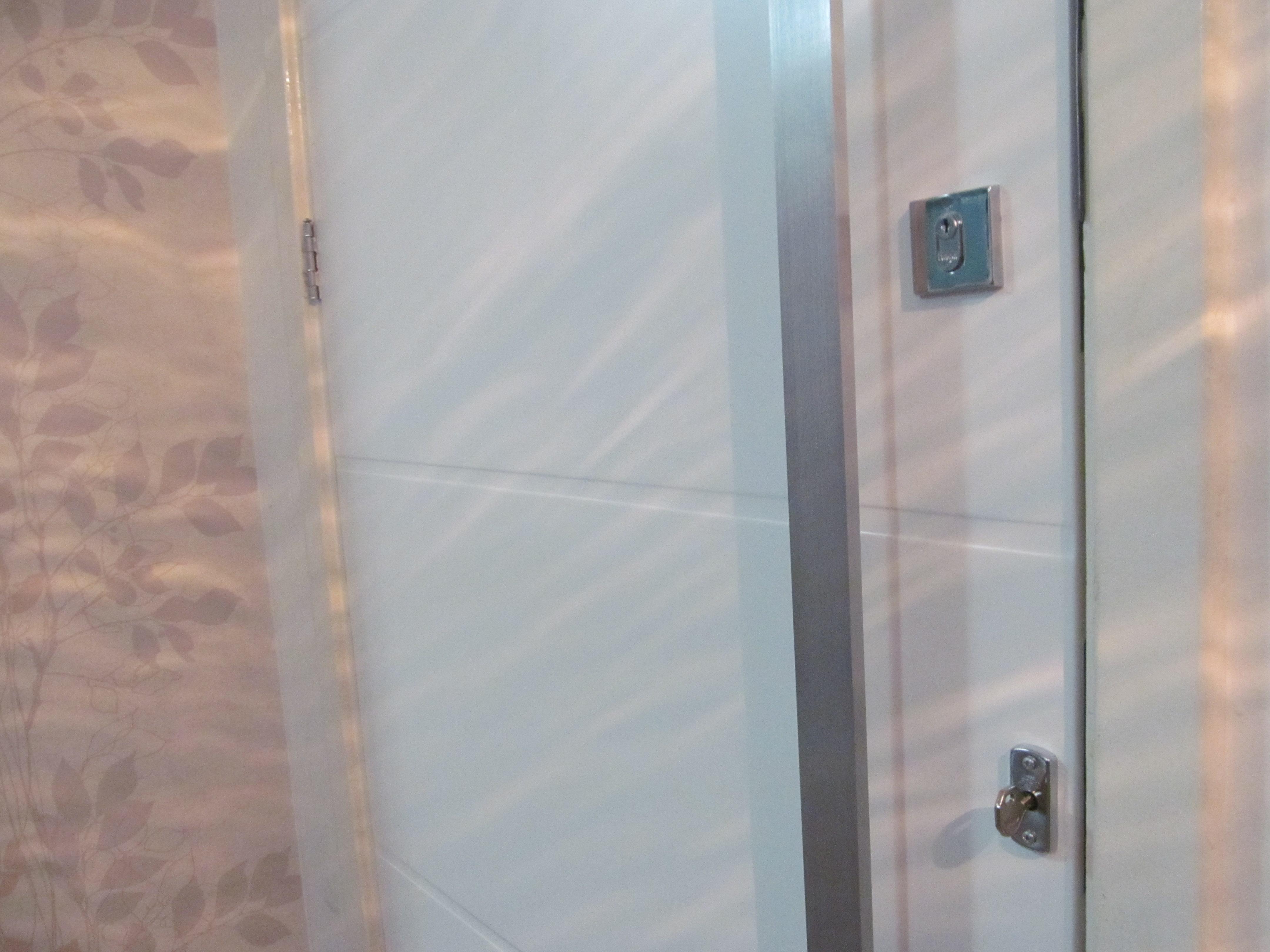 lado de fora liso e o de dentro frisado #4D616D 4320x3240 Banheiro Com 2 Portas De Entrada