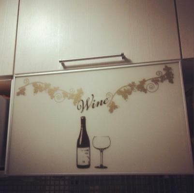 adesivo vinho armário