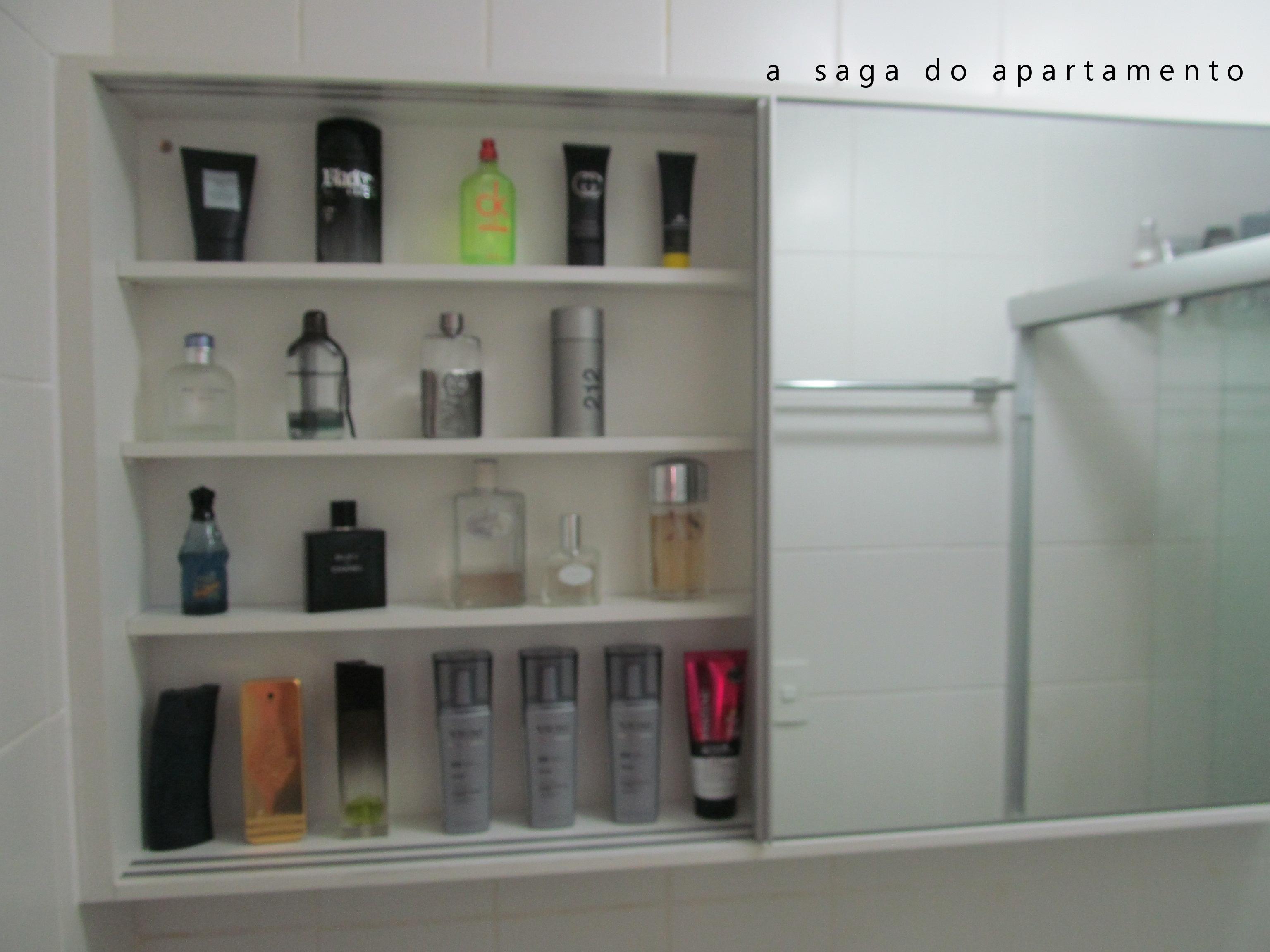Aliando Beleza e Funcionalidade no Banheiro Armário superior com espelho dup -> Como Improvisar Um Armario De Banheiro