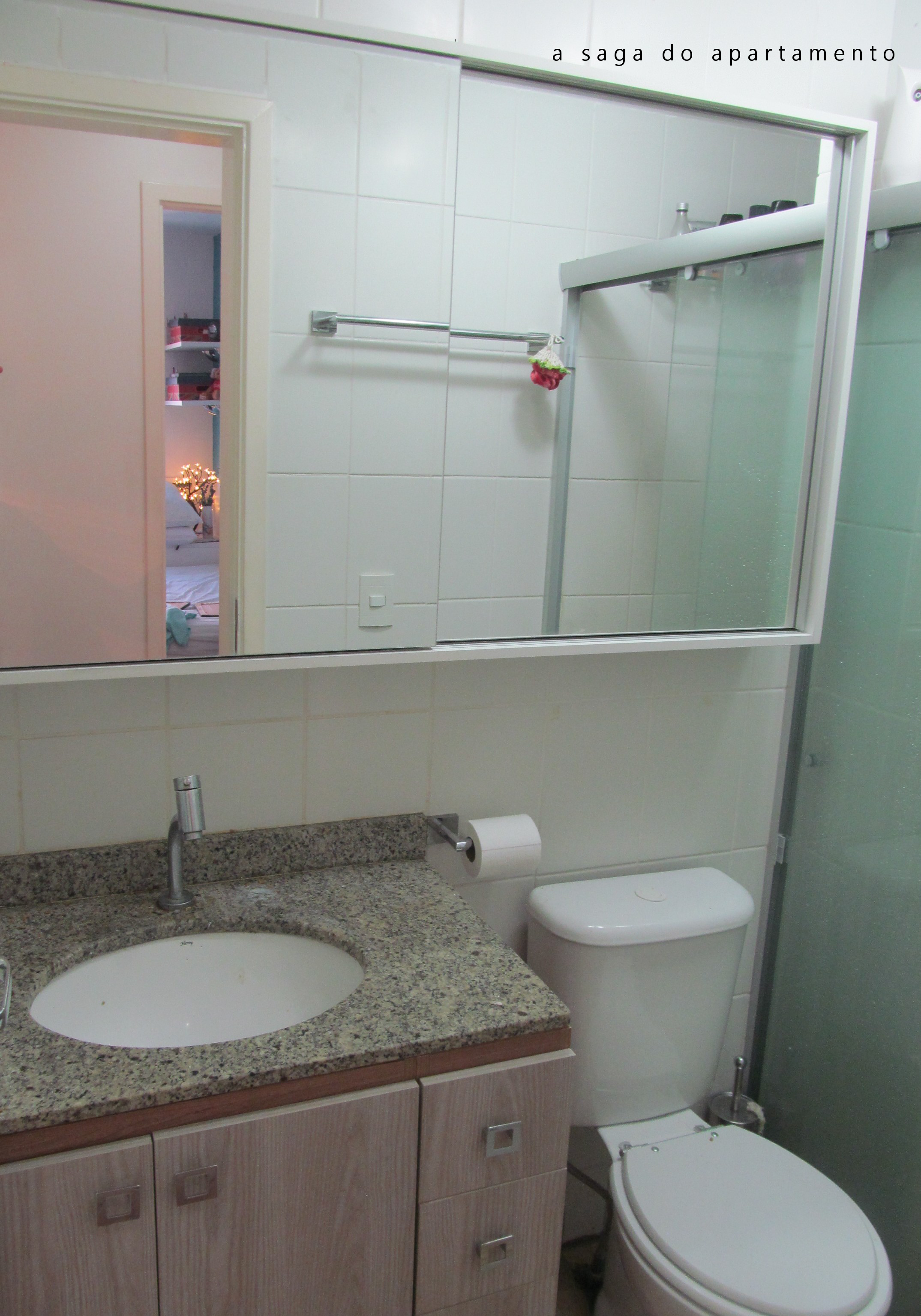 Banheiro: Armário superior com espelho duplo e portas de correr a #745E57 2149 3072