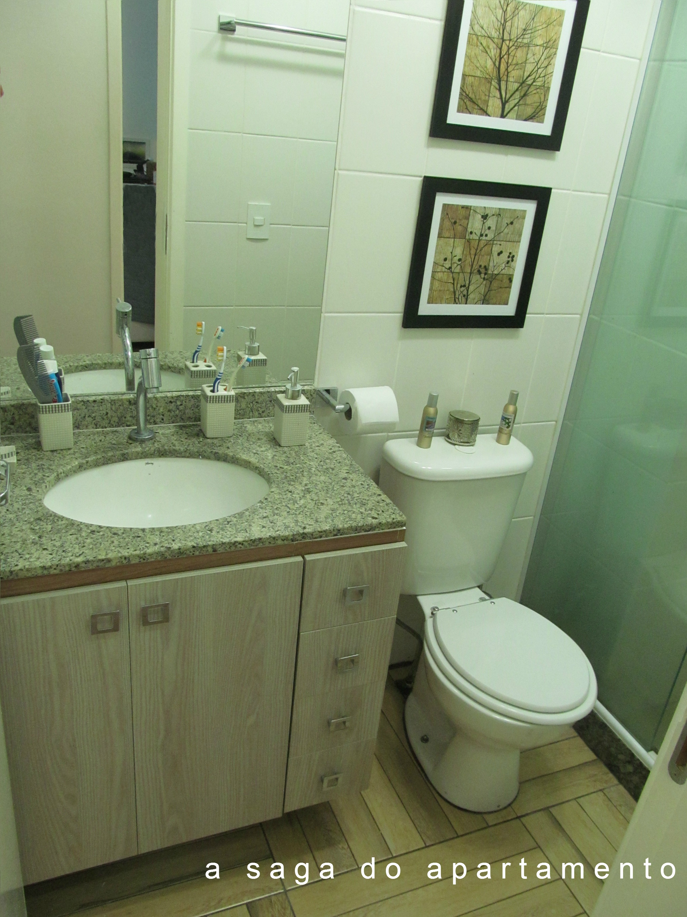 Aliando Beleza e Funcionalidade no Banheiro: Armário superior com  #574E30 2304x3072 Banheiro Casal Dois Vasos